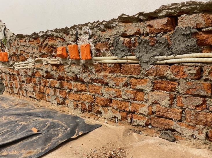 osekanie zavlhnutého muriva v dolnej časti nad podlahou aplikácia chemickej clony Schomburg I380 do vrtov
